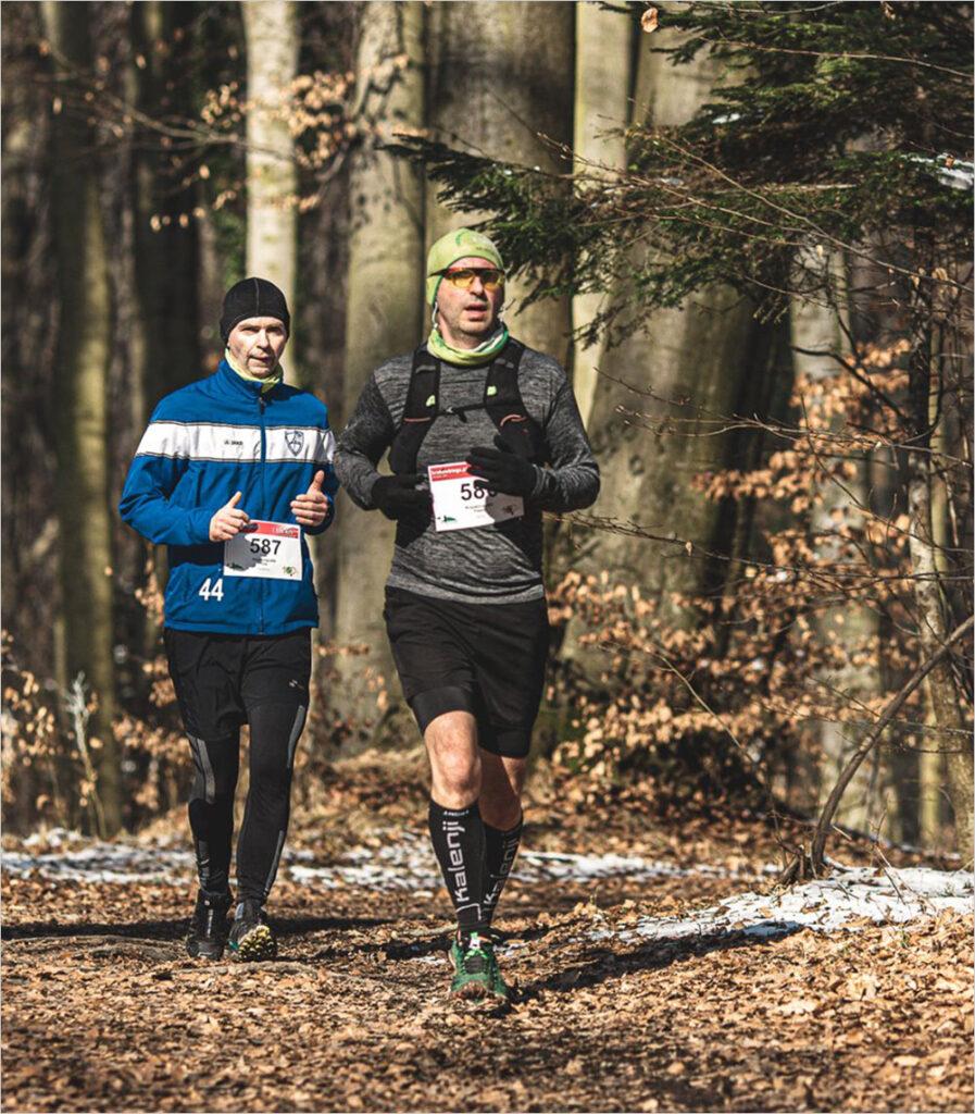 Piotr i Paweł Krzyworączka na trasie biegu w lesie