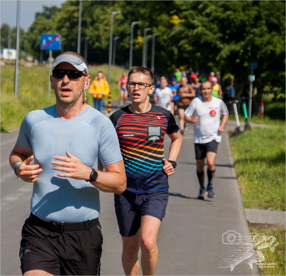 Pawel Krzywy biega w Krakowie na Błoniach